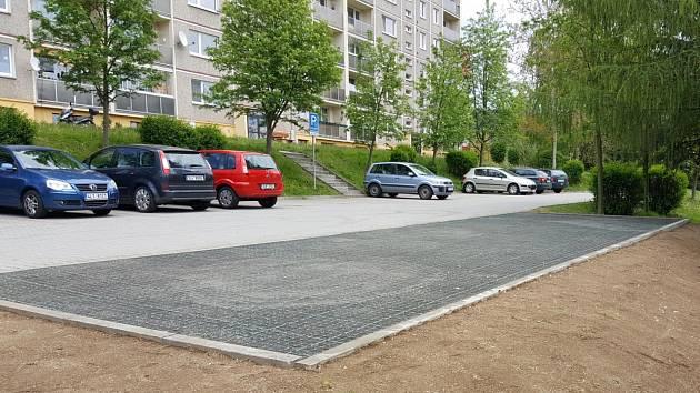 Na sídlišti zaparkuje více aut.