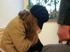 OBŽALOVANÁ MATKA u soudu dne 13. dubna 2011, kde tvrdila, že se dítě narodilo mrtvé.