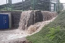 Hasiči zajistili uzavření z důvodu nedostatečné kapacity kanalizačních vpustí a ucpaného potoka.