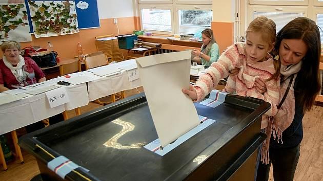 Volební místnost na ZŠ Broumovská v Liberci.