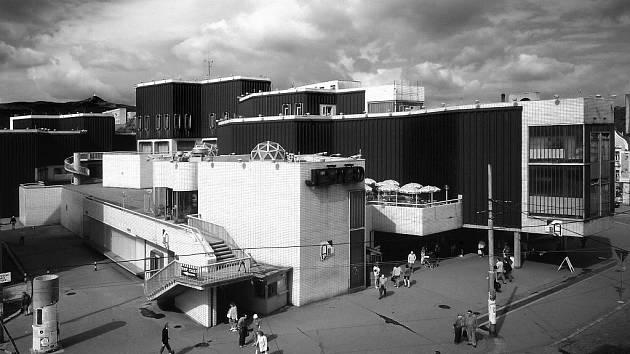 OBCHODNÍ CENTRUM JEŠTĚD, TAK JAK HO VŠICHNI LIBEREČANÉ PAMATUJÍ. Z centra Liberce zmizela stavba, která byla pro město charakteristická. Byla to ukázka originální architektury z rukou uznávaných autorů Karla Hubáčka a Miroslava Masáka.