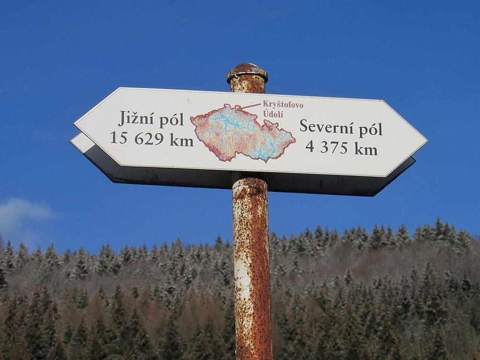 Ve vesničce najdou turisté také také originální rozcestník.