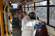 V areálu garáží libereckého dopravního podniku probíhá čištění autobusů ozonem.
