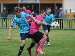 Ve fotbalové I. A třídě remizovaly domácí Hejnice 2:2 s Ruprechticemi. Hejničtí jsou ve fialových dresech.