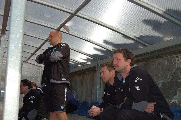 USTARANÁ LAVIČKA. Trio na lavičce Slovanu B (zleva asistent trenéra Lexa, trenér Myslivec a vedoucí mužstva Kosař) bylo v některých jarních zápasech ustarané, ale postup se nakonec podařil.