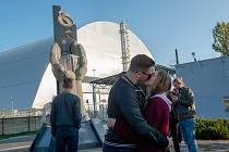 Romantický polibek před čtvrtým reaktorem v Černobylu.