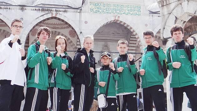 PŘED MEŠITOU. Liberecká výprava karatistů zapózovala před mešitou v Istanbulu.