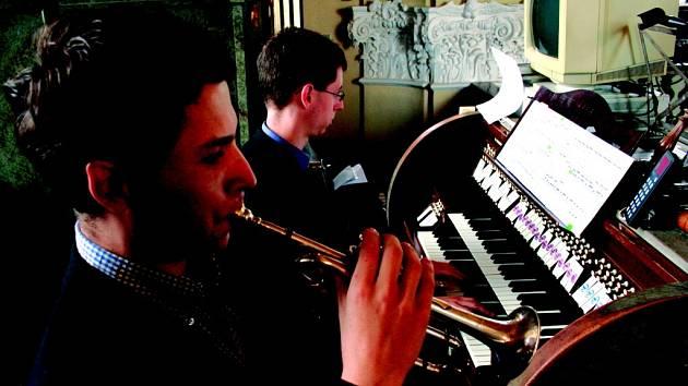 MLADÍ HUDEBNÍCI. Varhaník Přemysl Kšica a trumpetista Miroslav Smrčka zahráli posluchačům v hejnickém centru klasiku i francouzskou modernu.