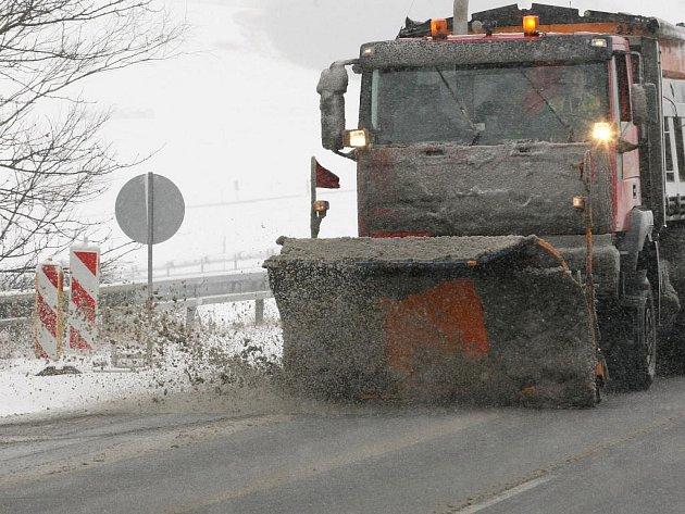 SILNICE UDRŽUJÍ PRŮJEZDNÉ také těžké radlice Krajské správy silnic LK. Během pondělí se jim podařilo zamezit významnějším komplikacím na celém území kraje.