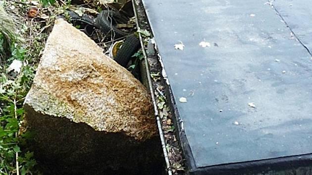 Balvany padající ze skály poničily i garáže.