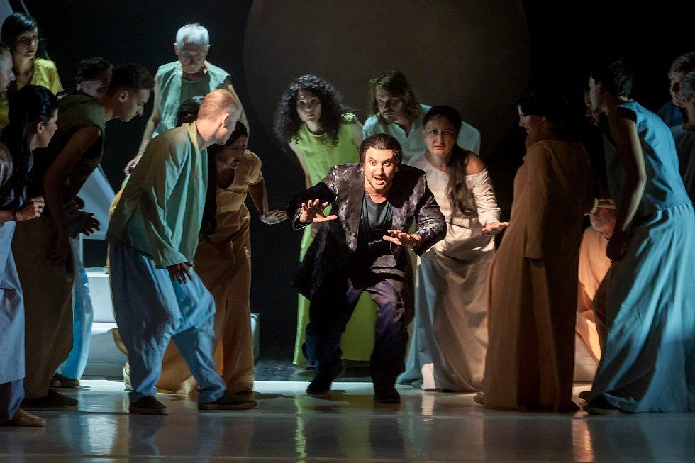 Postavu Nadira si nastudoval člen souboru, tenorista bulharského původu Sergey Kostov.