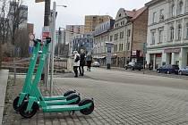 Firma Bolt přivezla do Liberce sdílené zelené elektrické koloběžky, které mohou lidé znát z větších evropských měst.