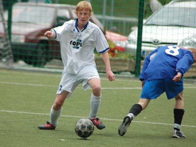 MLÁDÍ V RUPRECHTICÍCH. Zelenou dostávají velmi mladí hráči u trenéra Ruprechtic Antonína Kudláčka.   V  bílém odebírá míč Václav Chaloupka, ani ne  šestnáctiletý hráč mladšího dorostu.