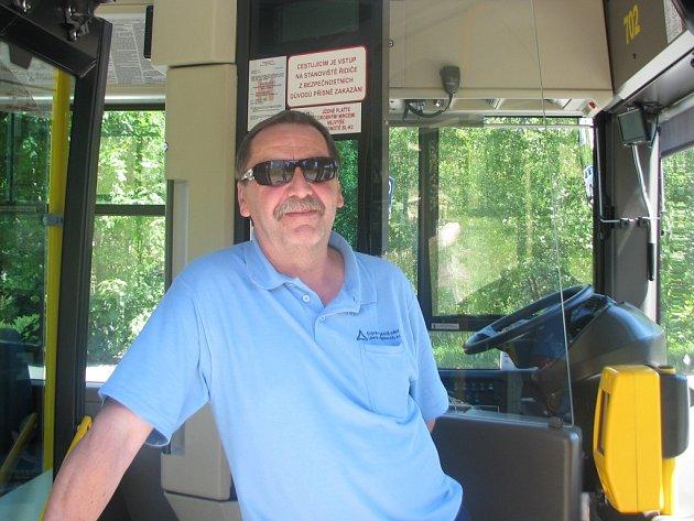 EJOBRATNĚJŠÍM řidičem autobusu se stal Ladislav Tandler, který řídí autobus liberecké městské hromadné dopravy. Zvítězil mezi konkurencí téměř třicítky řidičů z celého Česka.