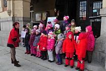 DĚTI z MŠ Bělíkova na Velikonočních trzích ve Frýdlantě. Od nového školního roku se k nim přidají i děti mladší tří let. Zájem rodičů o dětskou skupinu je ve městě veliký.