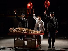 Generální zkouška černé komedie o vzniku rudé mumie, Leninovi balzamovači, proběhla 6. prosince v Malém divadle libereckého Divadla F. X. Šaldy. Premiéra bude 8. prosince. Na snímku zleva Václav Helšus (ležící) jako Lenin, Petr Hanák jako agent, Veronika