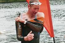 VÍTĚZ XTERRA EASY. Lyžař liberecké Dukly Lukáš Bauer se právě vynořil z vody.