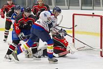 ZÁVAR PŘED ČESKOLIPSKOU BRANKOU. Přesto nakonec byli úspěšnější hokejisté z Lípy a PSK bral jen jeden bod.