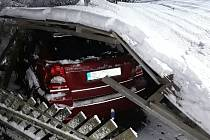 Přístřešek pod tíhou sněhu spadl na zaparkované automobily