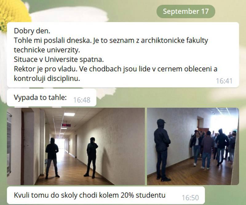 """Fotka """"mužů v černém"""" na minské univerzitě slouží k dokreslení situace. Snímek i s útržkem  konverzace, kterou vedli zástupci liberecké univerzity  v září 2020 v rámci organizování transferu studentů z Minsku do Liberce. Dokumentují pohyb """"mužů v černém"""""""