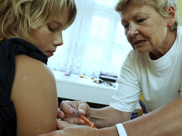 Podle odborníků je očkování tou nejúčinnější formou ochrany před nákazou. Podle doktorky Ivany Hampejsové z Chrastavy (na snímku) je účinné ihned, po roce je však potřeba aplikovat další dávku vakcíny. Jedna dávka pro dospělého vyjde asi na 1 100 korun.