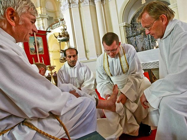 V KŘESŤANSKÉ TRADICI ZAČÍNAJÍ VELIKONOCE ZELENÝM ČTVRTKEM. Tento den si křesťané připomínají poslední večeři Ježíše s učedníky. Například i omýváním nohou dvanácti starcům, kteří připomínají Kristovy učedníky. Obřad se konal i v bazilice v Hejnicích