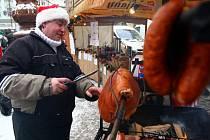 VŮNĚ KLOBÁSEK A SVAŘÁKU láká od kolemjdoucí na vánoční trhy před libereckou radnicí. Náměstí zaplavily stánky prodejců, kteří nabízí kromě dobrot vánoční ozdoby, keramiku, dřevěné hračky i svícny a další drobné dárky. Trhy potrvají až do 22. prosince