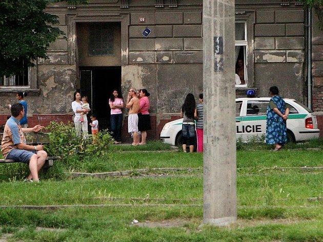 PŘEDLICKÉ GHETTO. Červeňákovci dostali nakonec od města byty, do klína jim spadlo devět set tisíc a dnes žijí kdesi v předlickém ghettu, kde je problémů více než čeho jiného. A nemají nic.