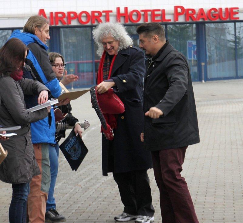 NAŠÍ REDAKTORCE HANĚ LANGROVÉ se podařilo setkat se na letišti s kytaristou Brianem Mayem a bubeníkem Rogerem Taylorem.