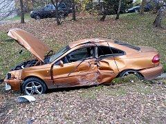 Řidiči automobilu narazil v Liberci do sloupu pouličního osvětlení a následně skončil v příkopě.