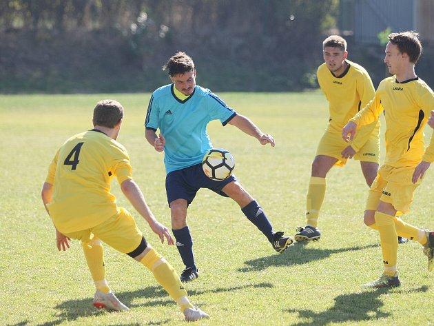 Ruprechtice ve fotbalové I. A třídě jen remizovaly s Lomnicí (ve žlutém) 1:1.