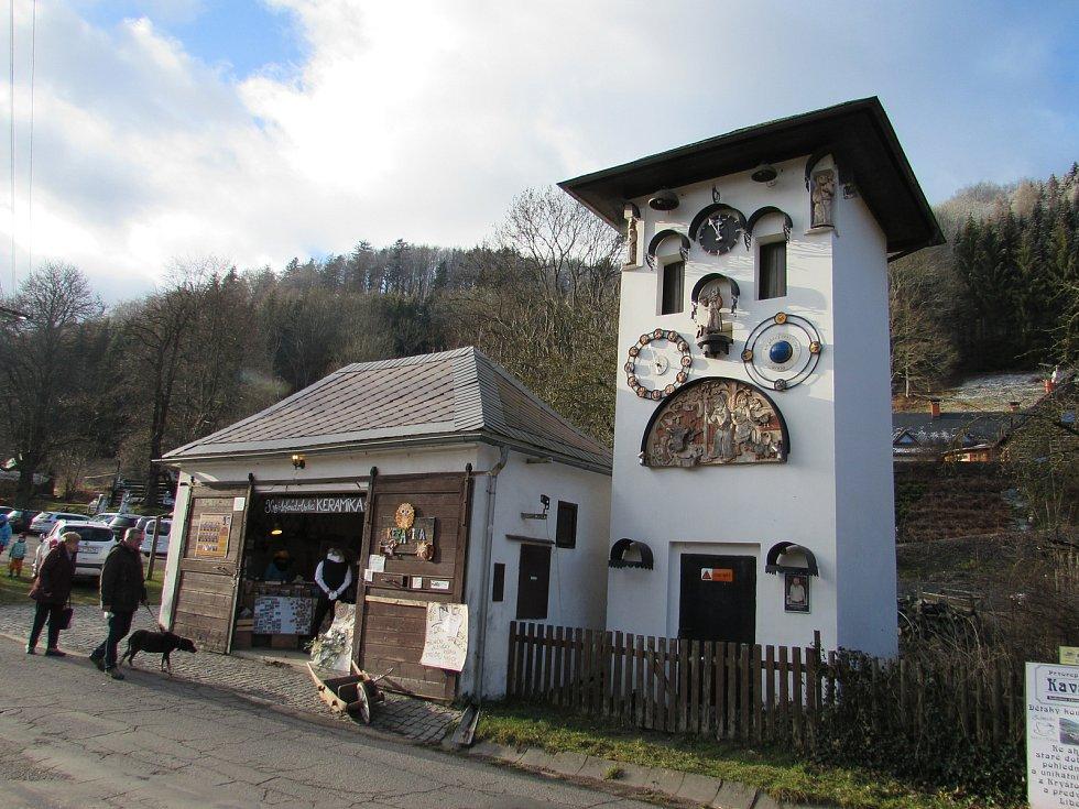 Kryštofoúdolský orloj, jenž je v provozu od roku 2008, se skládá z 22 figur. Osmnáct z nich se každý den od 8 do 22 hodin vždy v celou rozpohybuje. Umístěný je v budově bývalé trafostanice.