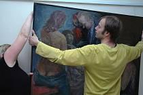 IVETA VÍROVÁ A LUDĚK LUKŮVKA při instalaci velkoformátových obrazů Rostislava Zárybnického.