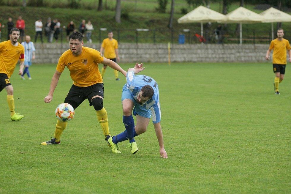 VRATISLAVICE MAJÍ VŠECHNY BODY. Proti béčku Doks dokázali hráči domácí Jiskry (ve žlutém) vstřelit pět branek.