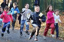 Běží děti v kategorii předžáci na 600 metrů.