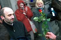 Třetí ze série demonstrací opouštěl ve středu primátor Jan Korytář s gestem vítězství a s růží v ruce.