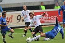 O POSTUP do osmifinále poháru se u Nisy bojovalo se vší vervou. Na snímku souboj libereckého Breznaníka (č. 11) s hradeckým Rezkem. Vpravo domácí Štajner, vlevo Janů.