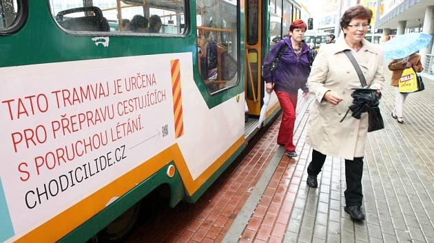 TRAMVAJÍ SE SVEZLY STOVKY LIDÍ. Tramvaj s handicapovanými včera brázdila ulice Liberce.
