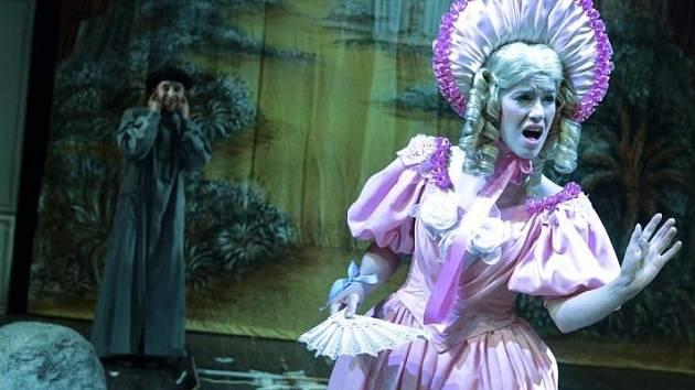 MAŠKARÁDA. Aneb Fantom Opery (Ankh-Morporkské). Autor knižní předlohy Terry Pratchett začátkem března zemřel.