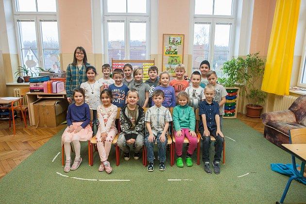 Prvňáci ze Základní školy Hrádek nad Nisou - Donín se fotili do projektu Naši prvňáci. Na snímku je snimi třídní učitelka Olga Marešová.