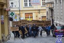 PROTI korupčním praktikám v českém fotbalu, ale především osobě šéfa Fotbalové asociace ČR Miroslava Pelty protestovalo asi 30 skalních fanoušků libereckého Slovanu.
