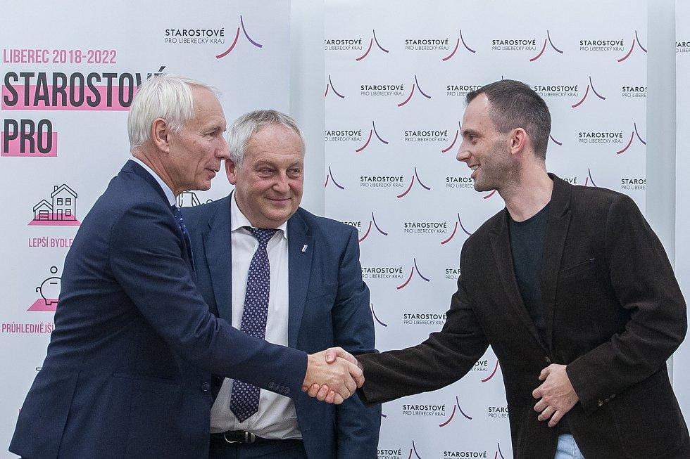 Podpis koaliční smlouvy proběhl 31. října v Liberci. Na snímku zleva je Jiří Němeček z ANO, Jaroslav Zámečník a Jan Berki ze Starostů pro Liberecký kraj.