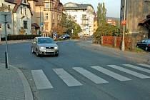 U ŠKOLY. Řidiči si zkracují cestu napříč.
