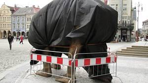 Před radnicí je nová socha Davida Černého. Trabant s lidskýma nohama