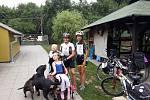 První setkání s malou Emičkou, poté, co k ní Tereza přijela s kamarádkou na kole. Foto: archiv T. Šrytrové