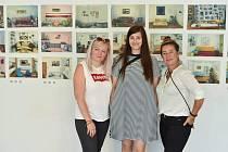 Vernisáž výstavy Subjektivně okusit proběhla na začátku srpna. Eliška Hamajdová uprostřed.