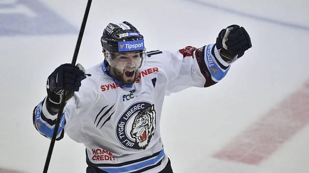 Útočník Bílých Tygrů Michal Birner se raduje ze vstřeleného gólu.