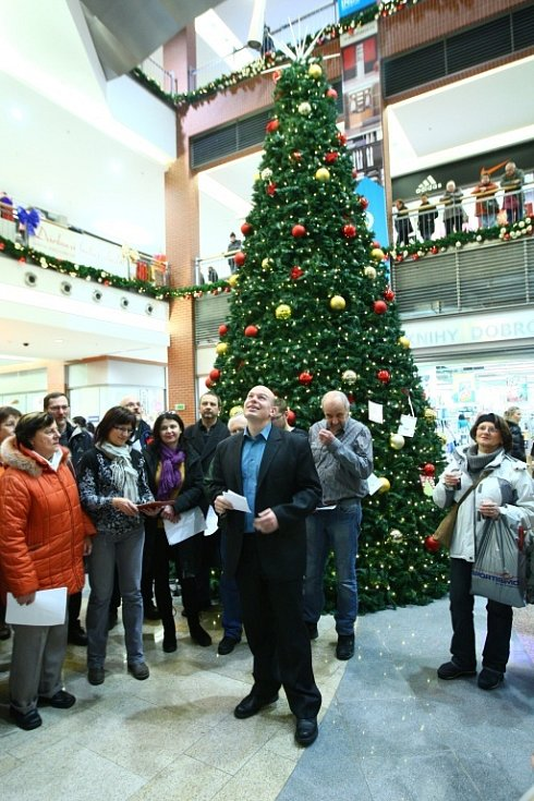 V Libereckém obchodním centru Forum se ve středu v podvečer sešla asi stovka lidí. Příchozí si se sborem Ještěd a s Libereckým deníkem zazpívali v rámci akce Česko zpívá koledy.