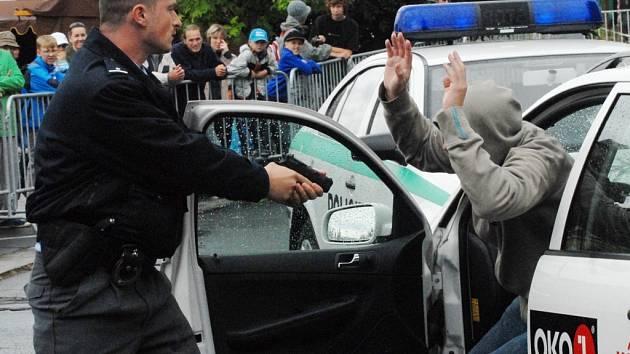 UKÁZKA. Jak zadržet zloděje předvádějí policisté na Dnech integrovaného záchranného systému.