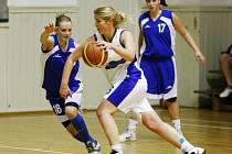 LIBERECKÉ DOMA NEZAVÁHALY. Lokomotiva porazila Sokolov i Plzeň. Domácí Zuzana Prchalová (v bílém) přispěla celkově čtyřiadvaceti body.